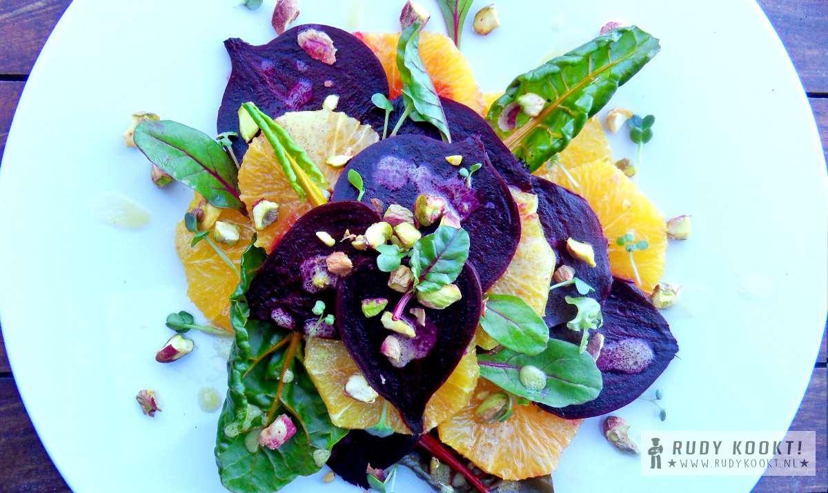 Rode biet & sinaasappel salade met miso, mosterd en honing