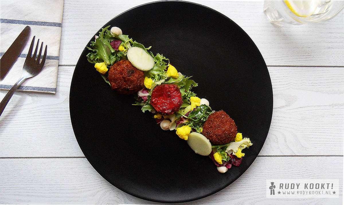 Salade met balletjes van rode biet