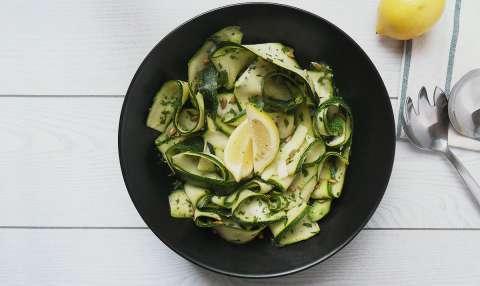 Snelle courgette salade met citroen en munt