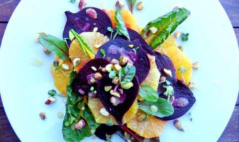 Salade van rode biet met sinaasappel en dressing van miso, honing en mosterd