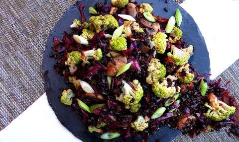 Groene bloemkool met zwarte rijst